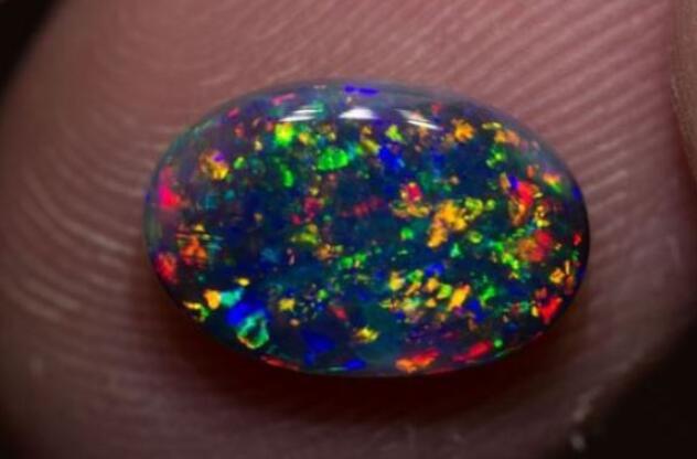 黑蛋白石 每克拉约1400美元